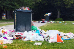 Bidone della spazzatura di straripamento Immagine Stock Libera da Diritti