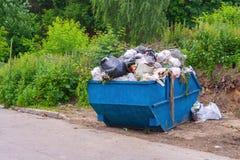 Bidone della spazzatura di straripamento nel parco Fotografie Stock Libere da Diritti