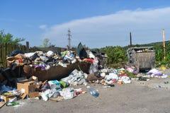 Bidone della spazzatura di straripamento nella città I recipienti dei rifiuti traboccano con rifiuti e gettato sul pavimento I re immagine stock