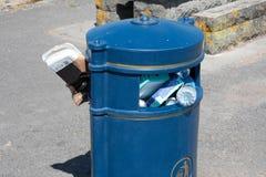 Bidone della spazzatura farcito con rifiuti di plastica Immagini Stock