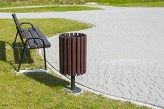 Bidone della spazzatura nel parco Immagini Stock Libere da Diritti