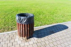 Bidone della spazzatura in parco Immagini Stock Libere da Diritti