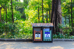 Bidone della spazzatura in parco Fotografia Stock