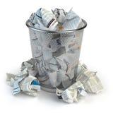 Bidone della spazzatura in pieno di carta straccia Cestino della carta straccia isolato sul whi Fotografia Stock