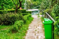 Bidone della spazzatura sul vicolo Fotografia Stock