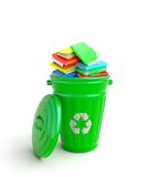 Bidone della spazzatura verde con i taccuini Immagini Stock Libere da Diritti
