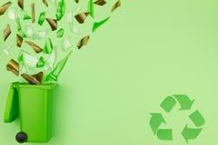 Bidone della spazzatura verde con vetro rotto come simbolo di riutilizzazione dei rifiuti e riciclare concetto fotografia stock libera da diritti