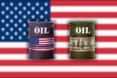 Bidones de aceite con la muestra de la nota del dólar y la bandera de unión de América Imágenes de archivo libres de regalías