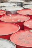 Bidones de aceite vacíos rojos y de plata Foto de archivo libre de regalías