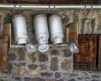 Bidoni da latte ad una capanna della montagna Fotografie Stock