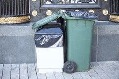 Bidoni della spazzatura (che riciclano i contenitori) Fotografia Stock Libera da Diritti