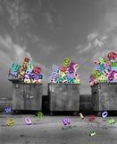 Bidoni della spazzatura con i simboli tecnologici Fotografia Stock Libera da Diritti