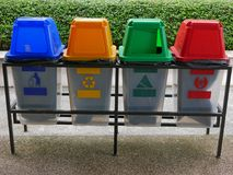 Bidoni della spazzatura di plastica variopinti/latte per la separazione residua immagine stock libera da diritti