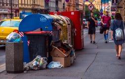 Bidoni della spazzatura di straripamento con i rifiuti domestici Fotografie Stock Libere da Diritti