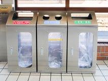 Bidoni della spazzatura giapponesi del ` s, rifiuti saparating in uno IE di 3 categorie Co fotografia stock libera da diritti