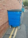 Bidoni della spazzatura illegalmente parcheggiati Fotografie Stock