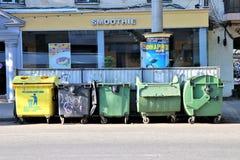Bidoni della spazzatura nel centro urbano fotografia stock