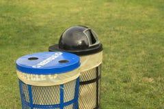 Bidoni della spazzatura in parco erboso Fotografia Stock Libera da Diritti