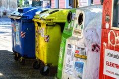 Bidoni della spazzatura per riciclare fotografia stock libera da diritti