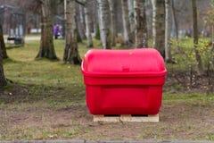 Bidoni della spazzatura pubblici in parco fotografie stock libere da diritti