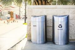 Bidoni della spazzatura separati per rifiuti riciclati e spreco installati su un marciapiede sulla via della città Immagine Stock Libera da Diritti