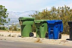 Bidoni della spazzatura sulla collina Fotografie Stock Libere da Diritti
