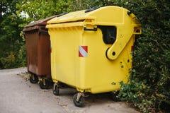 Bidoni della spazzatura in una fila Raccolta dei rifiuti separata Fotografie Stock Libere da Diritti