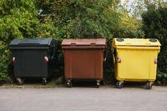 Bidoni della spazzatura in una fila Raccolta dei rifiuti separata Immagine Stock