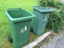 Bidoni della spazzatura verdi immagine stock