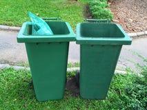 Bidoni della spazzatura verdi fotografia stock