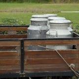 Bidoni di latte del metallo sul camion degli agricoltori Immagine Stock