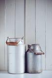 Bidoni di latte di alluminio d'annata Fotografia Stock