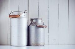 Bidoni di latte di alluminio d'annata Immagine Stock