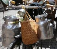bidoni di latte di alluminio trasportati sulla vecchia bici Fotografia Stock Libera da Diritti