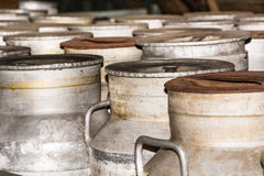 Bidoni di latte nostalgici arrugginiti Fotografia Stock
