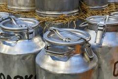 Bidoni di latte tradizionali davanti ad un'azienda agricola fotografia stock libera da diritti