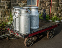 Bidons à lait, gare ferroviaire Image stock