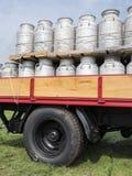Bidons à lait sur le vieux camion sur le fond de ciel bleu Image stock