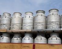 Bidons à lait sur le vieux camion sur le fond de ciel bleu Photographie stock libre de droits