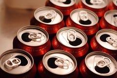 Bidons en aluminium ouverts de boissons images stock