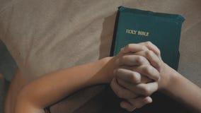 Bidt de heilige bijbel van het levensstijlmeisje met bijbel in haar handen de katholicisme heilige heilige bijbel Kinderen en stock video