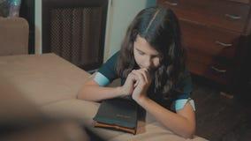 bidt de meisje heilige bijbel met bijbellevensstijl in haar handen de katholicisme heilige heilige bijbel Kinderen en stock footage