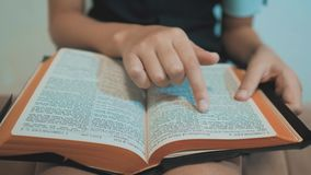 bidt de meisje heilige bijbel met bijbel in haar handen de katholicisme heilige heilige bijbel Kinderen en godsdienst stock footage