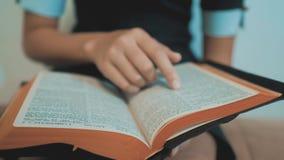 bidt de meisje heilige bijbel met bijbel in haar handen de katholicisme heilige heilige bijbel Kinderen en godsdienst stock video