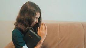 bidt de meisje heilige bijbel met bijbel in haar handen katholicisme heilige heilige bijbel kinderen en godsdienstopvoeding stock footage