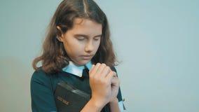 bidt de meisje heilige bijbel met bijbel in haar handen katholicisme heilige heilige bijbel kinderen en godsdienstopvoeding stock video