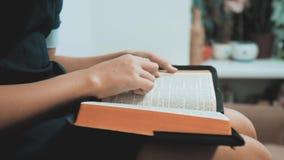 bidt de meisje heilige bijbel met bijbel in haar handen de katholicisme heilige heilige bijbel levensstijlkinderen en godsdienst stock videobeelden
