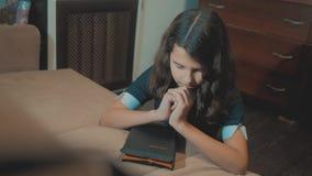 bidt de meisje heilige bijbel met bijbel in levensstijl haar handen de katholicisme heilige heilige bijbel Kinderen en stock footage