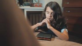 bidt de meisje heilige bijbel met levensstijlbijbel in haar handen de katholicisme heilige heilige bijbel Kinderen en stock videobeelden