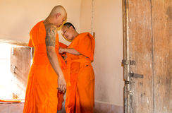 Bidt de onlangs verordende Boeddhistische monnik Stock Foto's